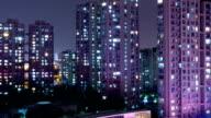 Unzähligen glitzernden Lichter von Familien in modernen Stadt