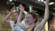 Namaste y… ¡a brindar La combinacion del yoga y la cerveza es la ultima moda del fitness en Londres donde los yoguis utilizan una jarra de cerveza...