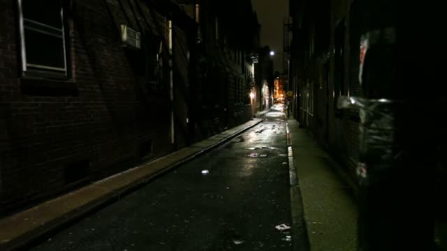 Stretta strada di città