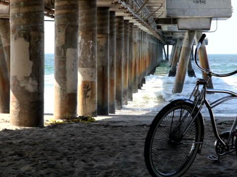 Schönheit-Mann, Rad, Pier, Wellen, Strand und Küste