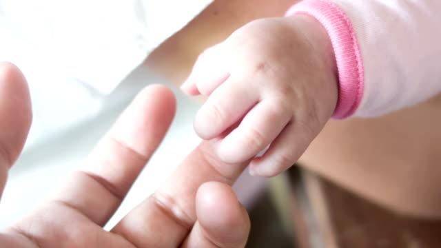 Ny född baby hand.