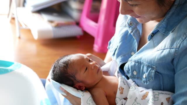 Neugeborenen mit seiner Mutter