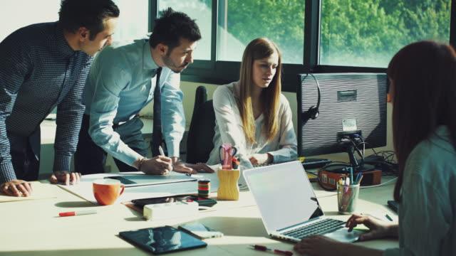 Nieuwe business team, op het werk in het kantoor van opstarten