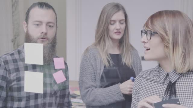 Neue Business-Team: bei der Arbeit zusammen in das Startup-Büro