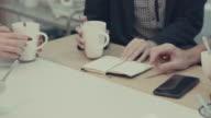 Nieuwe business team in het kantoor van opstarten: koffiepauze