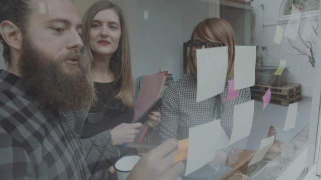 Nieuwe business team werkt op kantoor opstarten