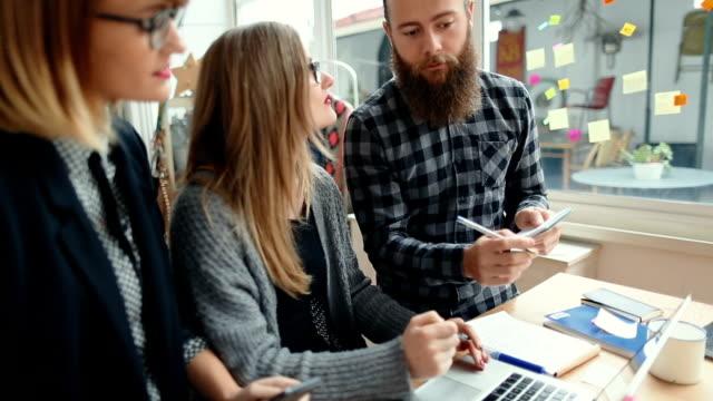 Nieuwe zakelijke teamwork in de opstarten-kantoor