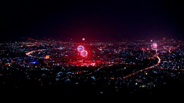 Nieuwe jaar vuurwerk Over stad in Chiangmai, Thailand