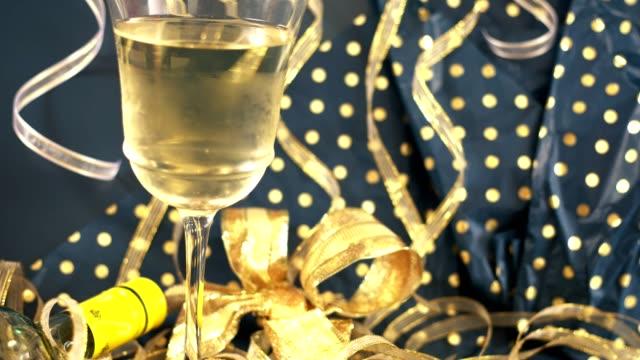 Silvester Urlaub party mit Wein und Dekorationen.