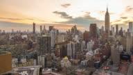 New York City skyline mit urban skyline bei Sonnenuntergang.