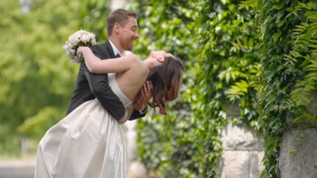 SLO MO nieuw vastgebakken paar dansen buiten op de huwelijksdag