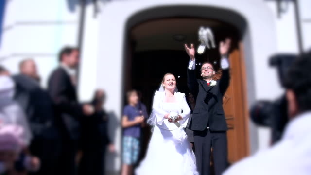 HD SUPER SLOW-MO: Newlywed Couple Releasing Pigeons