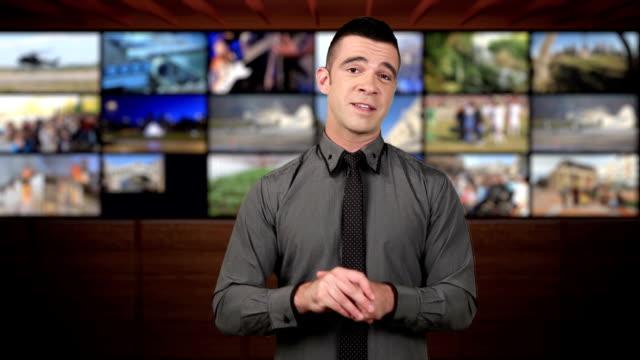 News-Moderatorin im Studio-braunen Hintergrund