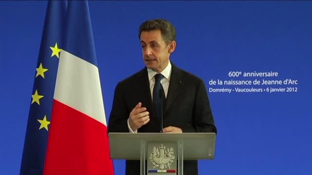 Nicolas Sarkozy a celebre vendredi la memoire de Jeanne d'Arc erigee en symbole de la 'resistance' de la France dans l'epreuve et de son 'unite...