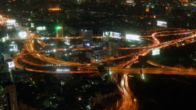 Nacht tijd vervallen luchtfoto van spitsuur verkeer op de expresweg