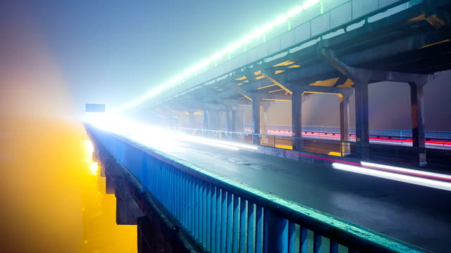 Nacht verkeer over brug - time-lapse video