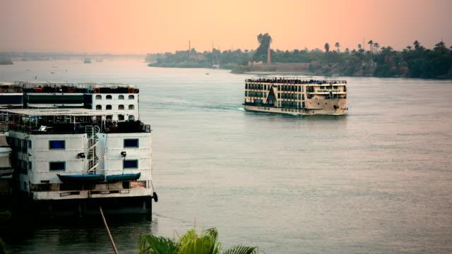 Nil-Kreuzfahrt bei Sonnenuntergang in der Nähe von Luxor, Ägypten