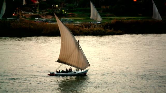 """Nil """"Feluccas"""" Segelboot bei Sonnenuntergang in der Nähe von Luxor, Ägypten"""