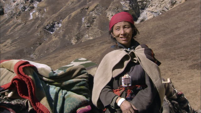 cu nomadic woman with yak himalayas upper dolpo nepal film vid o getty images. Black Bedroom Furniture Sets. Home Design Ideas