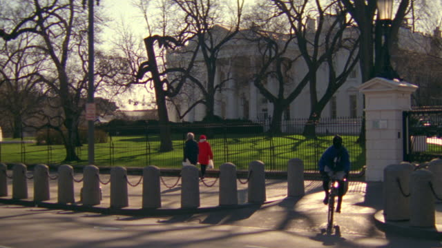 MS North lawn and white house fence and gates with people and bicycles / Washington D.C., United States