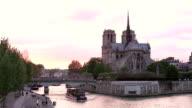 HD: Kathedrale Notre-Dame bei Sonnenuntergang in Paris, Frankreich