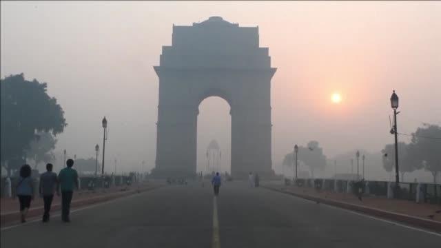 Nueva Delhi amanecio el viernes cubierta por una neblina toxica tras el uso de fuegos artificiales durante el festival Diwali la noche anterior pese...