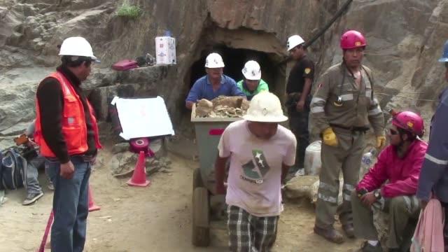 Nueve mineros permanecian atrapados este lunes en un socavon de una mina clandestina en Peru VOICED Atrapados bajo tierra on April 09 2012 in Ica Peru