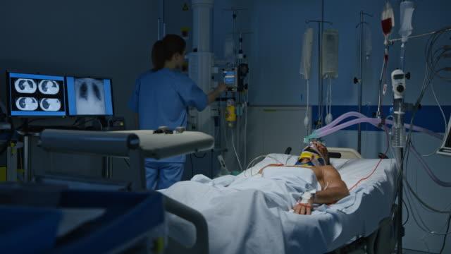 DS Krankenschwester, die männlichen Patienten der Beschilderung auf Monitor