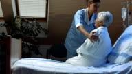HD DOLLY: Krankenschwester hilft ein Patient zu Lie Down