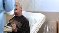 HD DOLLY: Krankenschwester mit einem Patienten Speisen