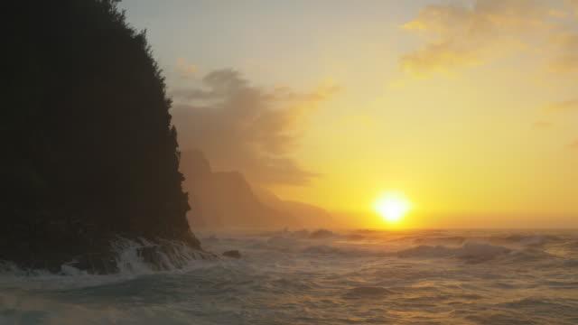 Oceaan golven op de kust Na Pali Kauai, Hawaï