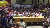Ocho alcaldes de la oposicion en Venezuela rechazaron una orden judicial que los amenaza con carcel si no impiden que los manifestantes contra el...