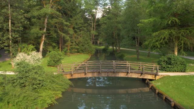 Luftaufnahme der Brücke über den Fluss in den park