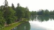 Luftbild von einem park und See