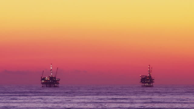 Offshore-Öl-Rig Drilling Plattformen bei Sonnenuntergang (Zeitraffer