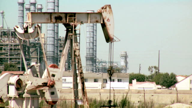 Oil drilling and refinery near families homes in Los Angeles