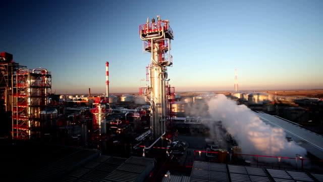 Ölraffinerie bei Sonnenuntergang