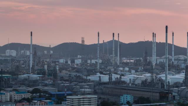 Öl-Raffinerie in der Dämmerung-Fabrik Petrochemische Fabrik