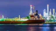 Öl-Raffinerie Werk und tanker Arbeiten in der Dämmerung