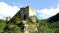 Vecchio castello sulla cima di una montagna