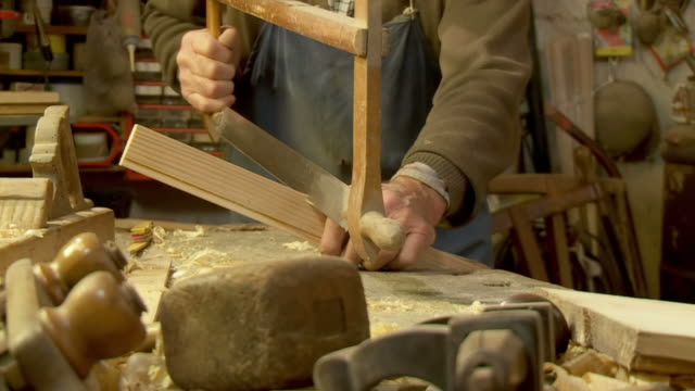 HD-SLOW-MOTION: Old Fashion Carpenter Sägen