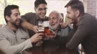Vecchi amici al bar a bere birra