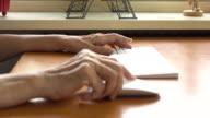 Alte Hand halten computer-Maus und Tastatur