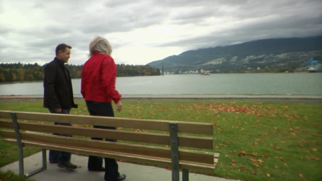 WS Older couple sitting on bench in Stanley Park / Vancouver, British Columbia, Canada
