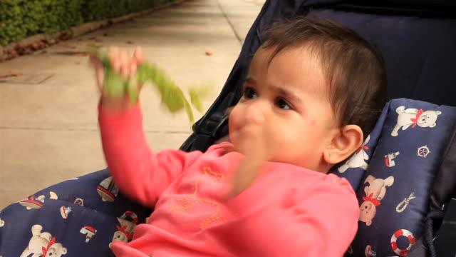 Un allegro piccolo ragazza indiana