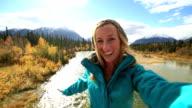 Een jonge vrouw selfie portretje in de natuur