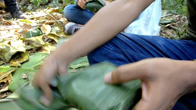 Apri Foglia di banana coperto cibo nella foresta