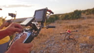 Betreiber und Kameramann die Drohne bei der Landung in Betrieb
