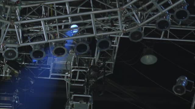 WS LA Operator on scaffolding adjusting spotlight