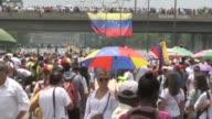 Opositores venezolanos iniciaron el lunes un planton de manifestantes con el que bloquean vías importantes del pais para mantener la presion contra...